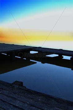 Holzstege am Ufer der Schlei in Schleswig liegen im ruhigen Wasser. © SULUPRESS.DE / Torsten Sukrow