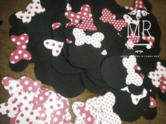 Siluetas de Minnie para la deco de cada silla de los invitados! <3... https://www.facebook.com/pages/Deco-Candy-Ambientaci%C3%B3n-de-Autor/361388707359818