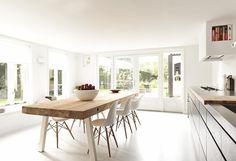 Een combinatie van natuurlijke materialen met een strakke gietvloer Kitchen Dining, Interiors Dream, Table, Home, Wooden Dining Tables, Minimalist Interior, Coffee Table, Home Decor, Living Room Modern