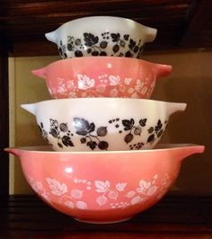 Pink and black gooseberry combo-I like the idea of mixing colors maybe pink & turqouise Vintage Dishware, Vintage Dinnerware, Vintage Dishes, Vintage Pyrex, Pyrex Display, Vintage Kitchen Accessories, Rustic Vintage Decor, Glass Ceramic, Glass Collection