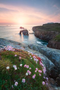 ~~Lands End western tip of Cornwall, England, UK by Michael Breitung~~ Lands End Cornwall, Natur Wallpaper, Beautiful World, Beautiful Places, Lofoten, English Countryside, Nature Pictures, Beautiful Landscapes, The Great Outdoors