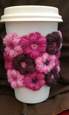crazycandigirl's Mollie Flower coffee cup cuff - pattern for flowers, not cup cozy Crochet Coffee Cozy, Crochet Cozy, Love Crochet, Crochet Gifts, Crochet Flowers, Coffee Cozy Pattern, Yarn Projects, Knitting Projects, Crochet Projects