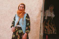 Li Hekarîyê jineka Kurd û qîza wê. 1989. (Hakkari'de bir Kürt kadını ve kızı. 1989) (Foto Rupert Conant)