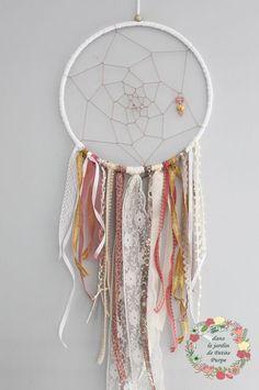 Attrape reves - Capteur de rêves - Dreamcatcher Style boho chic, tons rose blanc cassé ivoire doré dentelle perles breloques Déco mariage, salon, chambre.