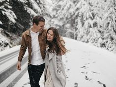 Make a Splash with a Modern Wedding Website with Squarespace + Get Off! Winter Couple Pictures, Winter Engagement Pictures, Engagement Photo Outfits, Winter Photos, Engagement Shoots, Photo Couple, Couple Shoot, Wedding Dress Organza, Wedding Dresses