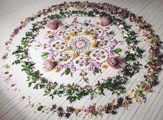 Inspiration mariage: 11 idées de déco repérées sur Instagram 7 Flower Mandala, Mandala Art, Asos Wedding, Ephemeral Art, Meditation, Recycled Art, Crystal Grid, Land Art, Altered Art