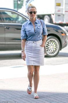 Making a statement: Reese Witherspoon shared a more somber message on Tuesday as she showed her solidarity with the state of Texas as it experiences its worst storm in 500 years Reese Witherspoon Style, Reese Whiterspoon, White Denim Skirt, Jeans Rock, Sexy Older Women, Star Fashion, Spring Summer Fashion, Celebrity Style, Casual Outfits