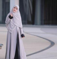 Image may contain: 1 person Hijab Style Dress, Casual Hijab Outfit, Islamic Fashion, Muslim Fashion, Modest Dresses Casual, Stylish Hijab, Hijab Fashion Inspiration, Muslim Dress, Islamic Clothing