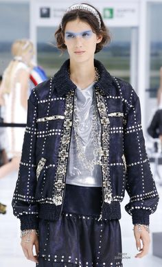 Chanel Spring 2016 Ready-to-Wear Fashion Show Details: See detail photos for Chanel Spring 2016 Ready-to-Wear collection. Look 151 Coco Chanel, Chanel No 5, Chanel Fashion, Runway Fashion, Fashion Show, Womens Fashion, Chanel Spring 2016, Chanel Tweed Jacket, Vogue Paris