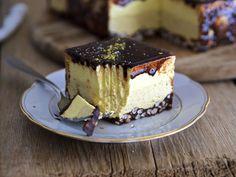 La torta mousse nocciola, vaniglia e cioccolato è un dolce goloso ed elegante, sembra uscita da una pasticceria!