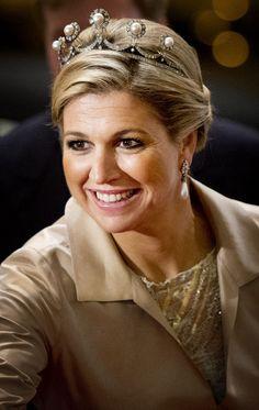 Máxima draagt vaak sieraden met parels. Op deze foto een tiara en oorbellen.
