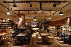 新宿マルイアネックス地下1階にある、ブルックリンスタイルの隠れ家カフェ。人気があるため、店内に入るまでに少し並びますが席数が多いのですぐに入れるでしょう。店内には2,500冊もの本があり、自由に読むことができます。まさに本好きには嬉しい♪