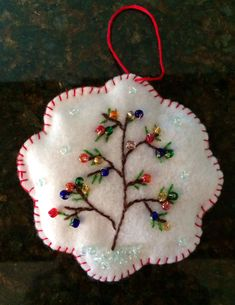 Some very cute and easy felt crafts projects. Crochet Christmas Gifts, Felt Christmas Decorations, Christmas Ornaments To Make, Christmas Sewing, Christmas Embroidery, Felt Ornaments, Handmade Christmas, Crochet Gifts, Beaded Ornaments