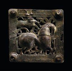Boucle de ceinture ajourée, Caucase. / Antiquité : Art des Steppes. / Musée Barbier-Mueller, Genève.