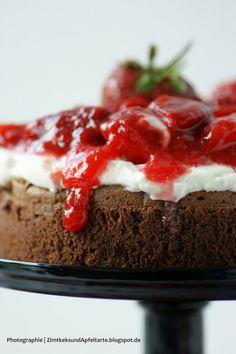 Brownietorte mit Mascarpone und Erdbeeren