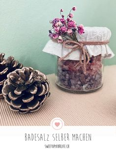 Badesalz selber machen Are you looking for a homemade Christmas gift? How about colorful bath salts? Homemade Christmas Gifts, Christmas Diy, Xmas, Diy Mothers Day Gifts, Diy Gifts, Diy Cadeau Noel, Bad Bunny, Mom Day, Mother's Day Diy
