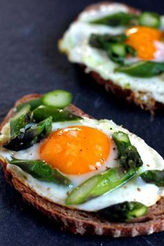 Egg and Asparagus Toasts. Egg and Asparagus Toasts - Simple combination but with a surprise ingredient! Little Lunch, Good Food, Yummy Food, Cooking Recipes, Healthy Recipes, Vegetarian Recipes, Healthy Food, Happy Healthy, Cooking Tips