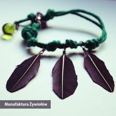 Krucze pióra znalezione w lesie przy Manufakturze niesamowicie prezentują się z zieloną lnianą linką. Do tego kropla rosy zebrana o poranku