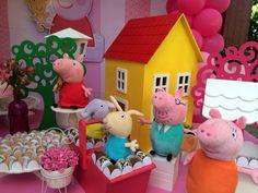 Olá amigas, como estão?     E no hoje é festa, trago algumas dicas de decoração no tema Peppa Pig, desenho que tem feito a alegria da c...
