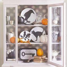 DIY Halloween plates- Better Homes & Gardens Spooky Halloween, Maske Halloween, Fete Halloween, Diy Halloween Decorations, Holidays Halloween, Halloween Crafts, Halloween Dishes, Halloween Games, Halloween Halloween