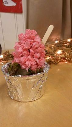 """""""Hyasintti"""" (eskarit-1.lk) Rahkapurkki päällystetty foliolla, sammalta purkkiin ja vessapaperirullan hylsyn päälle sitten liimattu ryttyjä. Folion päälle voi myös kietoa kauniin rusetin koristeeksi. (Alkuopettajat FB -sivustosta / Susse Mattila)"""