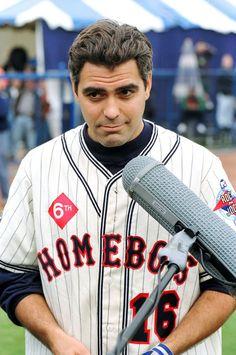Pin for Later: 10 Dinge, die ihr wahrscheinlich noch nicht über George Clooney wusstet Er wollte professioneller Baseball-Spieler werden 1977 war George Anwärter um einen heiß begehrten Platz im Team der Cincinnati Reds. Doch aus dem Vertrag wurde nichts. Zu unserer Freude.