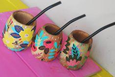 Mates, fondo madera, más diseños 😍😍 .#pintadoamano #instadecor #decoracion #detalles #madera #cocina #mateargentino #mate #bazar #regalos Painted Flower Pots, Painted Pots, Pottery Painting, Tole Painting, Yerba Mate, Painted Clothes, Posca, Make And Sell, Fun Projects