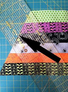 super easy table topper that makes a big impact. It's just strips cut at an angle to make that spider web . Table Runner And Placemats, Table Runner Pattern, Quilted Table Runners, Quilting Tutorials, Quilting Projects, Quilting Designs, Quilting Tips, Quilting Classes, Table Topper Patterns
