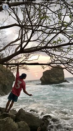 Zac Efron is Enjoying His Vacation in Costa Rica!: Photo Zac Efron is having the time of his life on vacation! The actor and a whole bunch of his friends jetted off to Costa Rica to soak in the sun before… Baywatch, Zac Efron, Play Golf, Costa Rica, Vacation, Beach, Water, Pictures, Life