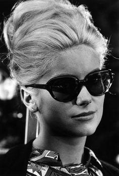 Catherine Deneuve, chignon et lunettes de soleil, vintage
