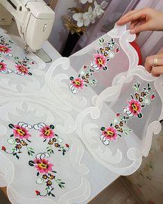 #yatakodasi #takim #ozeltasarim yildizceyizcali #🌹♥️ Vintage Embroidery, Embroidery Patterns, Rainbow Crochet, Flower Coloring Pages, Linen Tablecloth, Küchen Design, Crochet Designs, Flower Crafts, Fabric Crafts