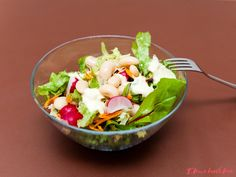 Lehký salát s pikantnějším dresinkem. Výborná večeře co díky fazolím dokonale zasytí. Cobb Salad, Ethnic Recipes, Food, Essen, Meals, Yemek, Eten