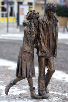 Zsánerszobrok a Kossuth téren, Szolnok Kliegl Sándor: Sétáló ifjú pár