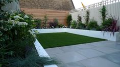 sawn-grey-sandstone-paving-raised-rendered-beds-hardwood-screen-painted-stone-fence-london-small-garden-design-4.jpg (1600×900)