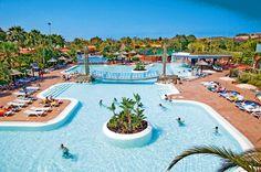 Bungalow Cay Beach Princessin laaja allasalue lastenaltaineen ja viehättävine ylikulkusiltoineen on varmasti lapsiperheiden makuun. #GranCanaria #Maspalomas