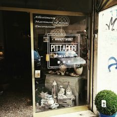 Allestimento vetrofania con intaglio bianco #vetrofania #white #instagood #picoftheday #instadaily #rome #italy #edicom #italia #cut #vinyl #film #cool #adesivi #graphic #graphics #customization #pittafiori ##matt #photooftheday #instaartist #top #color #flowers #fiori @pittafiori