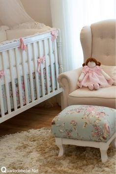 quarto de bebê com estampas de flores e bonecas em um estilo que une o elegante com o delicado.