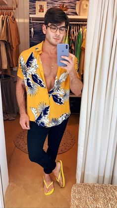 Flip Flops Looks Summer Outfits Men, Club Outfits, Night Outfits, Casual Outfits, Men Casual, Mode Masculine, Mens Club Outfit, Surfer Guys, Barefoot Men