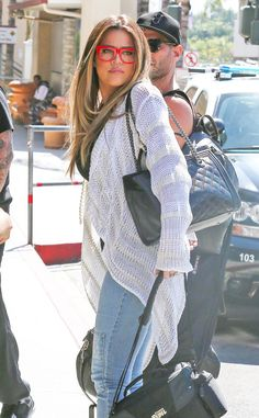 My oh my, Khloé Kardashian-Odom knows how to make a spexy statement! Check her out in super chunky RED square specs! So fabulous!