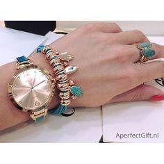 Klein, dun dameshorloge met turquoise schakel horlogebandje van RVS