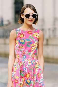 Gorgeous bright floral summer dress Image Via: Vanessa Jackman Cute Hairstyles For Short Hair, Layered Hairstyle, Bcbg, Def Not, Vogue, Mode Inspiration, Look Fashion, Floral Fashion, Look Cool