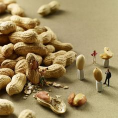 MINIMAM food photography - Pierre Javelle Akiko Ida Since gastronomy fanatics Pierre Javelle and Akiko Ida have been photographing a series of playful dioramas, called MINIMIAM, combining miniature figurines and various kinds of food. Creative Photography, Food Photography, Amazing Photography, Photo Macro, Miniature Calendar, Art Du Monde, Kunst Online, Miniature Photography, Graphisches Design