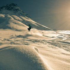 Snowboard dans la neige poudreuse, sous le Mont Emy, à Albiez.