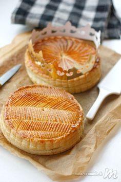 Galette des rois - Miss Crumble No Bake Desserts, Just Desserts, Delicious Desserts, Parfait, Sweet Recipes, Cake Recipes, French Recipes, Party Recipes, Vegan Junk Food
