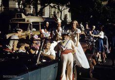 decada de 30 Aqui estão imagens que eu nunca tinha visto, fotografias coloridas do corso no carnaval do Rio de Janeiro na década de 30. Eu acredito que sejam desta época pelo lindo Ford 37 que se vê abaixo em estado de zero quilômetro. E pelos outros carros também, claro.