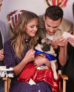 They look like parents to the dog and this is so cuuuttee Kara Danvers Supergirl, Supergirl 2015, Supergirl And Flash, Melisa Benoist, Melissa Marie Benoist, Kara And Mon El, Girls Series, Tv Series, Cw Dc