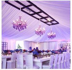 Esta decoración del salón de casamiento se logró con telas y mantelería en color blanco y hortensias naturales de colores como centros de mesa: fácil y muy elegante!!