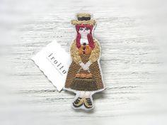 モンゴメリ作「赤毛のアン」をモチーフにした手刺繍のブローチです。マシューを待って駅でひとり立っています。真っ赤な髪の三つ編み姿が特徴。洋服の各パーツでステッチ... ハンドメイド、手作り、手仕事品の通販・販売・購入ならCreema。
