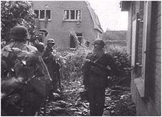 Duitse troepen sluipen door de achtertuinen in Oosterbeek.