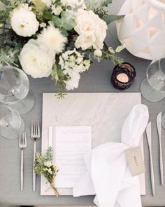 Unique chargers that will update your reception location settings – Marble Table Designs Wedding Table Settings, Place Settings, La Tavola Linen, Table Top Design, Geometric Wedding, Martha Stewart Weddings, Reception Table, Wedding Reception, Floral Centerpieces